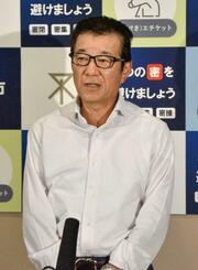 大阪市役所で記者団の取材に応じる日本維新の会代表の松井一郎市長=14日午後