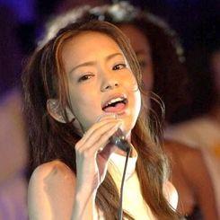 (資料写真)2000年7月、沖縄サミットで世界の首脳を前にイメージソング「NEVER END」を歌う安室奈美恵さん