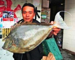 安謝で60・7センチ、2・21キロのチヌマンを釣った垣沼勝さん=11月16日