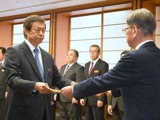 翁長知事から辞令を交付される謝花副知事(左)=2日、沖縄県庁
