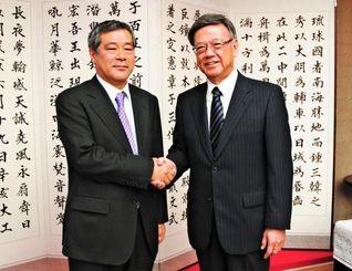 翁長雄志知事(右)を表敬し、「沖縄ウインターリーグ」の開催に意欲を示すプロ野球巨人の久保博球団社長=県庁