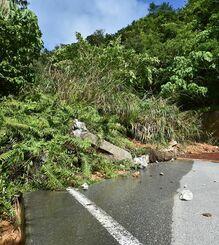 大雨で崩れた土砂にふさがれた国道331号=3日午後4時すぎ、名護市嘉陽