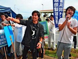 「民主主義って何だ」と声を合わせるSEALDsのメンバー=14日午後、名護市辺野古のキャンプ・シュワブゲート前