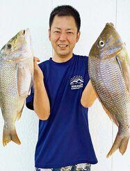 伊計島で56センチ、2.2キロと59センチ、2.7キロのタマンを釣った具志堅新志さん=10日