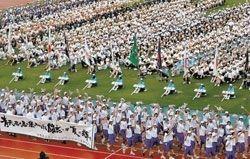 全国の高校生トップアスリートが熱戦を繰り広げた「美ら島沖縄総体」。開会式で観客に手を振りながら入場する県選手団=7月28日、県総合運動公園陸上競技場
