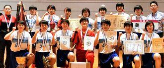 ハンドボールで日本一に輝いた女子美東中=富山県氷見市(提供)