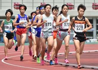 女子1500メートル予選で力走する選手たち=26日午前、沖縄市・県総合運動公園陸上競技場