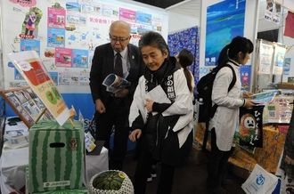 マラソン大会と今帰仁村の特産物を紹介するブース=14日、東京ドーム