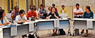 誰一人取り残さない社会づくりを話し合う県民円卓会議の出席者=那覇市・県立図書館