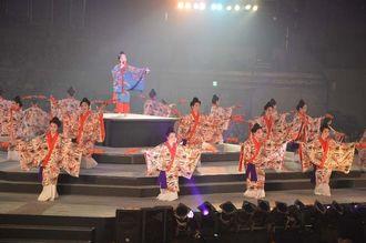 県内の芸能関係者700人が多彩な演舞で会場を魅了した「杜の賑い」のステージ=24日、宜野湾市・沖縄コンベンションセンター