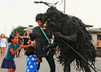厄払いのため子どもに泥を塗る「パーントゥ」=6日、宮古島市平良島尻(仲田佳史撮影)