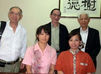 南米研修でアルゼンチンを訪れた(前列左から)仲間祥子さん、石川真衣さんと同行した仲間ビセンテ村人会会長(後列左)と新里孝徳相談役(同右)