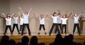 伸びやかに踊る浦添ゆいゆいキッズシアターのメンバー 浦添市社会福祉センター