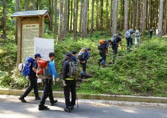 大阪大特任教授の審良静男さんの捜索のため、山に入る捜索隊=26日午前、奈良県天川村