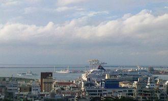 午後4時50分ごろの那覇港。南・北大東島への船が出港しました。