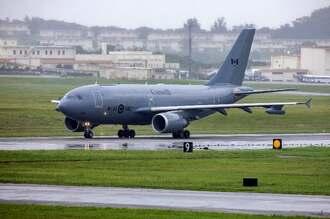 米軍嘉手納基地に飛来したカナダ空軍のCC150=1日午後3時6分(読者提供)