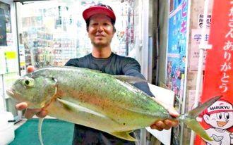与那原海岸で64.3センチ、2.45キロのオニヒラアジを釣った宮城大さん=10月24日