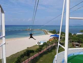 海に向かって日本最長の250メートルを滑走する「MegaZIP(メガジップ」(プロジェクトアドベンチャージャパン提供)