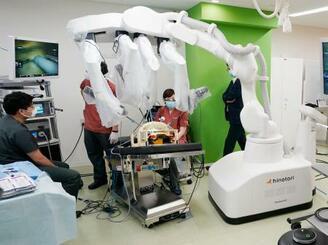 模擬遠隔手術を公開した国産手術支援ロボット「hinotori」=14日午前、愛知県豊明市の藤田医大