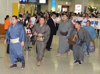 大相撲沖縄巡業のため、那覇空港に到着した(左から)横綱鶴竜、横綱日馬富士、大関照ノ富士=11日午後
