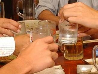 (資料写真)懇親会で乾杯する人たち