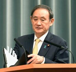 記者会見に臨む菅官房長官=10日午前、首相官邸