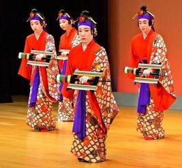 舞踊「かせかけ」を披露する新人賞受賞者=18日午後、那覇市久茂地・タイムスホール