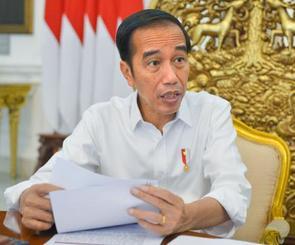 ジャカルタで取材に応じるインドネシアのジョコ大統領=25日(共同)