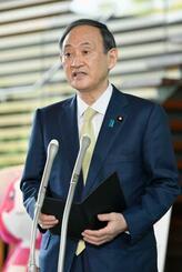 東京電力福島第1原発の処理水の海洋放出を正式決定し、記者団の取材に応じる菅首相=13日午前、首相官邸