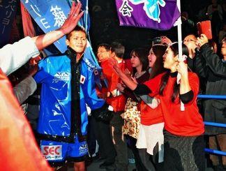 リングに向かう江藤光喜さん(左)に声援を送る母智子さん(手前右)ら=28日、ゼビオアリーナ仙台