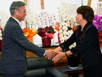 翁長雄志知事(左)と握手する島尻沖縄担当相=20日午後、内閣府(代表撮影)