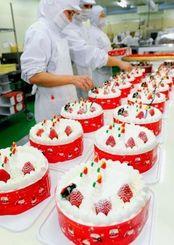 クリスマスケーキ作りのピークを迎えた工場=23日、宜野湾市のジミー本社