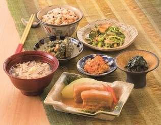 若者の琉球料理離れが進み、伝統的な家庭料理についても正しい調理法や味の伝承が求められている(写真はタイムス住宅新聞社発行の松本嘉代子氏の著書より)