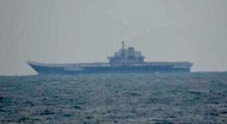 海上自衛隊が東シナ海で撮影した中国海軍の空母「遼寧」=24日(防衛省提供)