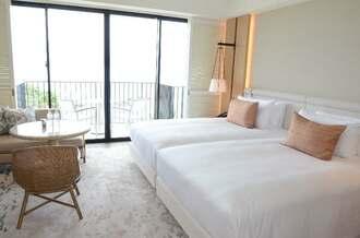 白を基調に広々としたハレクラニ沖縄の客室=23日、恩納村