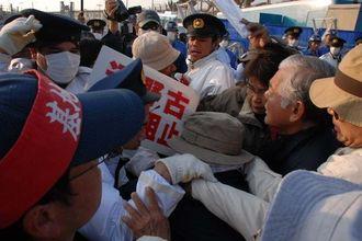 米軍キャンプ・シュワブのゲート前で新基地建設に抗議する市民らと沖縄県警が激しくもみ合った=17日午前8時11分ごろ、名護市辺野古