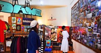 連日、多くの人が訪れているDAMさんの個展=8日、沖縄市・ストックルームギャラリーコザ