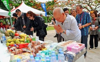南洋群島の戦没者を悼み、手を合わせる遺族ら=26日、サイパン島