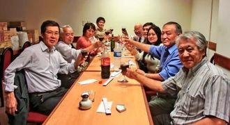 移民史編纂の指導で尽力する澤さん(左手前から3人目)を激励した沖縄県人会メンバー=県人会館会議室
