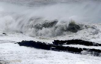 台風10号の影響で、宮崎市の海岸に打ち寄せる荒波=14日午前9時51分