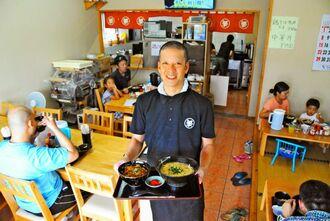 「新たな味の追求を続けたい」と話す武富勝行店主=市平良西里の「中休味商店」