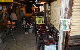 午後8時過ぎ、多くの飲食店が閉店し、閑散とする栄町市場=23日、那覇市安里(国吉聡志撮影)