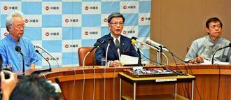 退院後に会見し、記者の質問に答える翁長雄志知事(中央)=15日午後、県庁