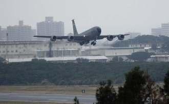 米軍普天間飛行場で旋回を繰り返した嘉手納基地所属のKC135空中給油機=4日午前11時50分ごろ、宜野湾市(同市提供)