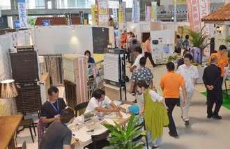 トータルリビングショウが開幕。住宅関連の情報や商品が展示されたブース=14日午前、宜野湾市・沖縄コンベンションセンター