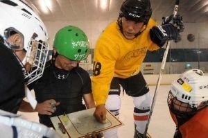 元五輪選手・三沢悟さん(右)が競技力向上へ小学生から大学生を指導=23日、南風原町のスポーツワールドサザンヒル