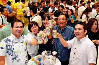 地域限定の「一番搾り 沖縄づくり」で乾杯する来場者=12日、那覇市久茂地・タイムスビル