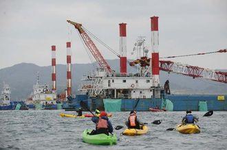 抗議活動のため作業台船に近づくカヌー隊=31日午前10時50分ごろ、名護市辺野古沖