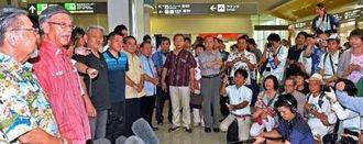 支持者の前で訪米への意気込みを語る翁長雄志知事(左から2人目)=27日午前11時6分、那覇空港