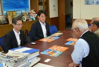 下地敏彦市長(右手前)に来年夏季の運航計画を報告するジェットスター・ジャパンの中村泰寛会長(左)=6日、宮古島市役所